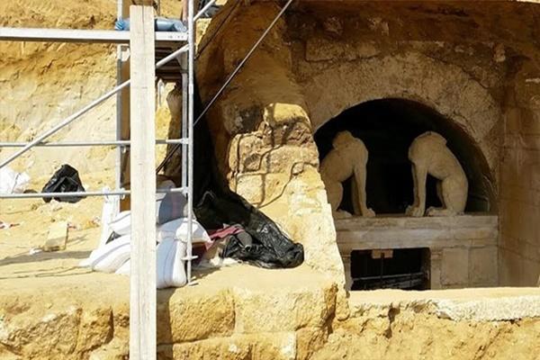 Αμφίπολη: Έφεραν στο φως βοτσαλωτό δάπεδο-Φωτογραφίες από τις  ανασκαφές
