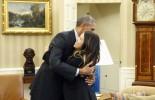 Η αγκαλιά του Ομπάμα στη νοσοκόμα που ανάρρωσε από τον Έμπολα