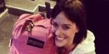 Η ροζ τσάντα της την πάει παντού
