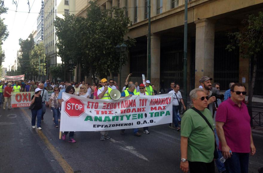 """ΒΙΝΤΕΟ: Ένταση στην πορεία των λιμενεργατών - """"Τσίπρας σημαίνει Ελλάδα πουλημένη"""""""