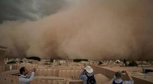 """Απίστευτα βίντεο: Αμμοθύελλα """"εξαφανίζει"""" περιοχή του Ιράν"""